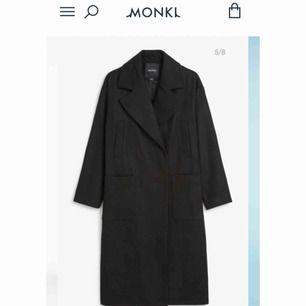 Svart superfin kappa från Monki! Nypris 900kr, använd en gång, så den är i nyskick. Size XXS men den är stor för sin storlek, funkar bra på mig som oftast har S i kläder.