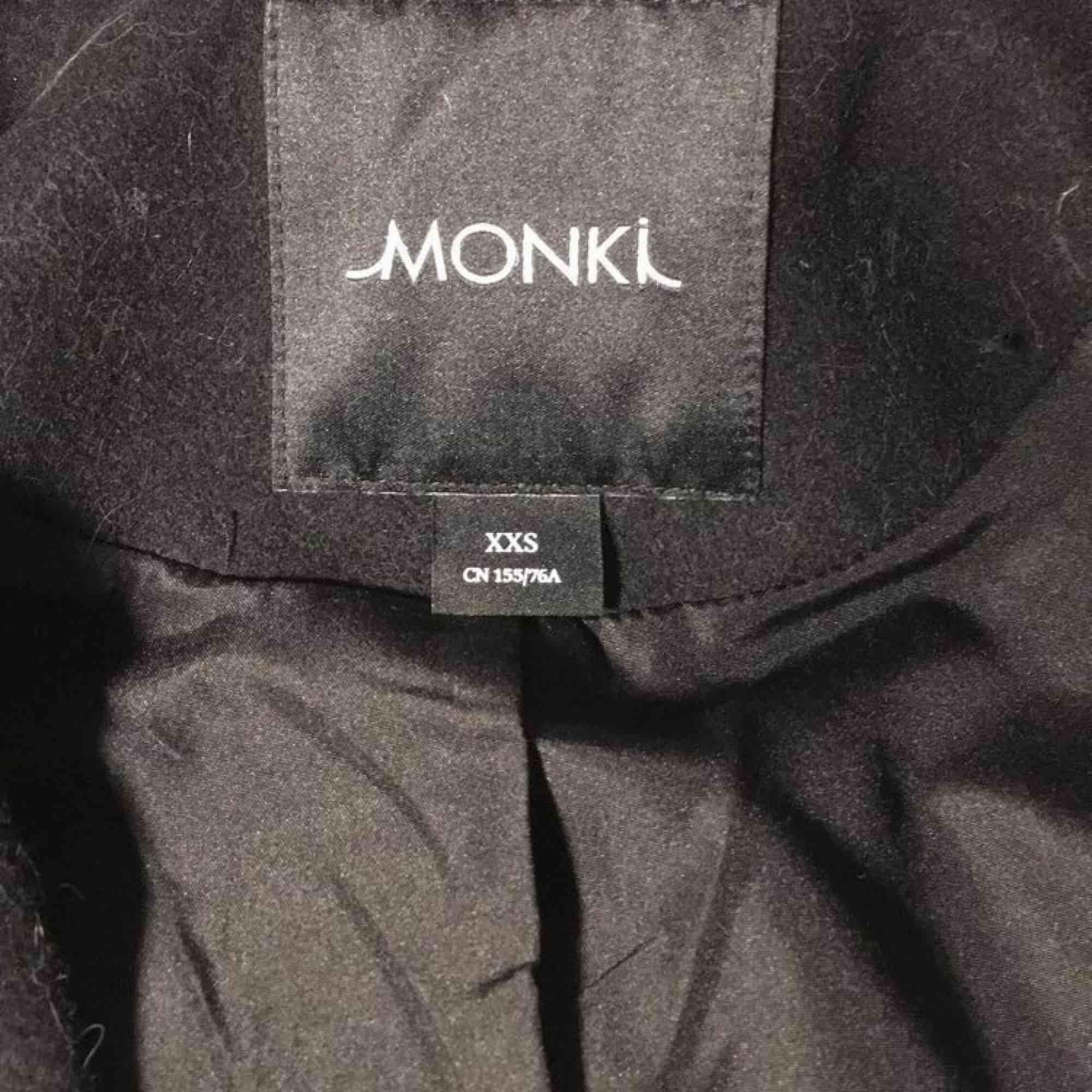 Svart superfin kappa från Monki! Nypris 900kr, använd en gång, så den är i nyskick. Size XXS men den är stor för sin storlek, funkar bra på mig som oftast har S i kläder. . Jackor.