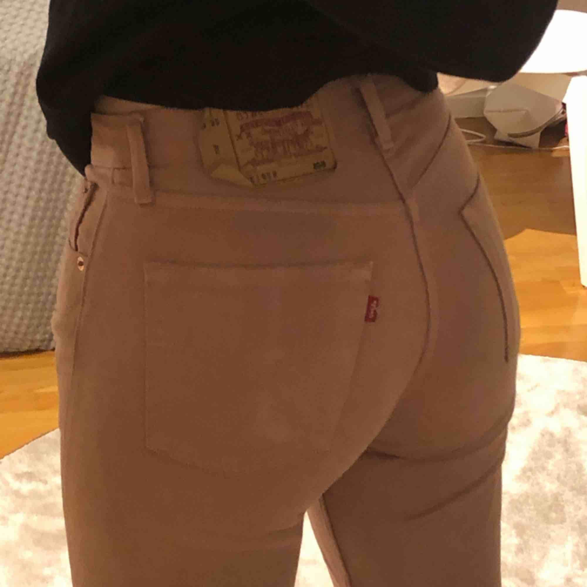 Ett par coola dusty pink Levis-jeans i den kända modellen 501. Jag som har S i alla byxor passar superbra i dessa men storleken är W29L32. Första bilden är för att fånga hur färgen är i dagsljus☀️. Jeans & Byxor.