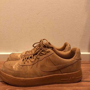 Nike air force 1 skor i stl 41 väldigt snygga men kmr int till användning