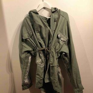 Grön jacka från Zara i S svin snygg använd på en middag bara.
