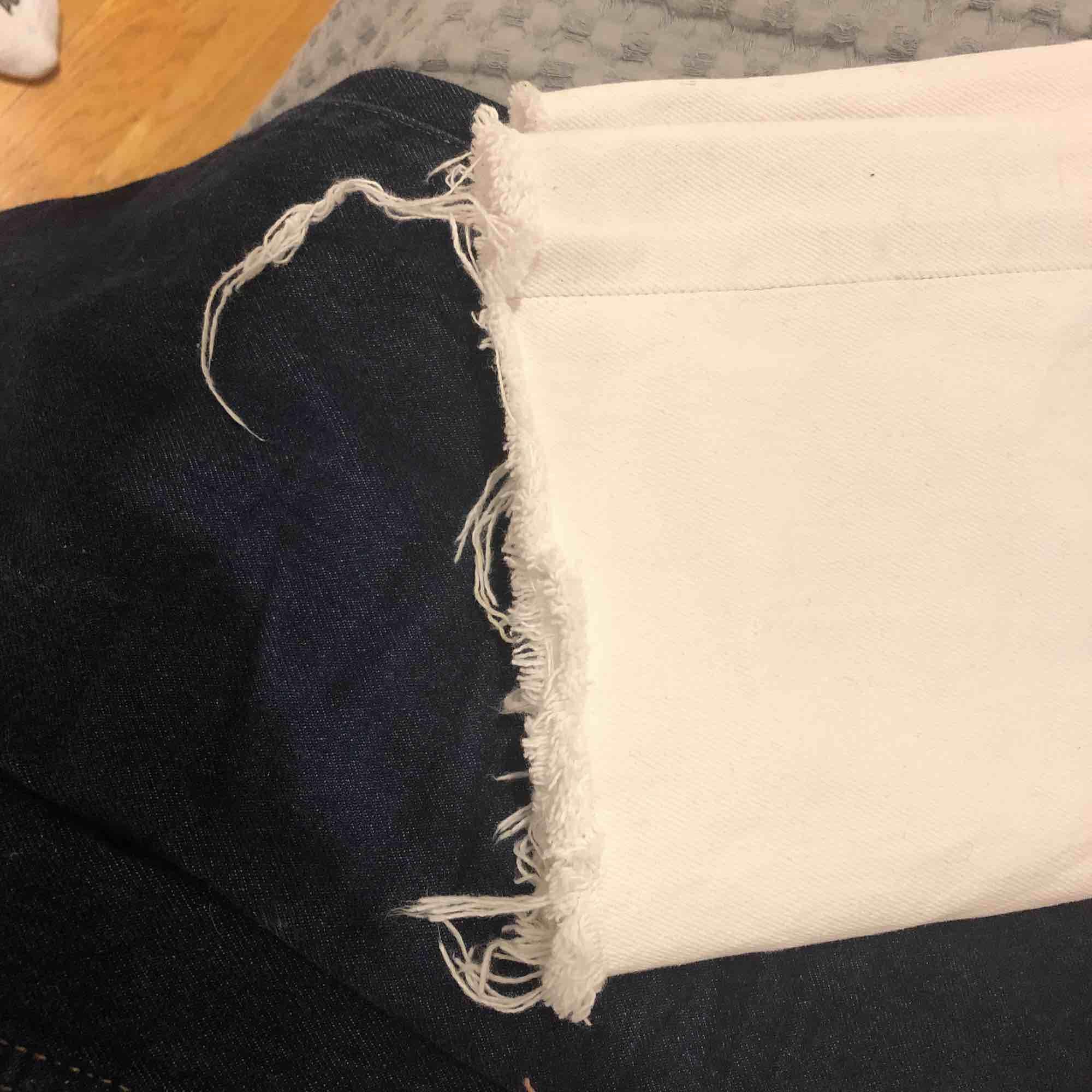 Ett par vita döcoola Levis-jeans i modellen 501. Jag som alltid har S passar utmärkt i dessa även fast de är i storleken W29L34. Jeans & Byxor.