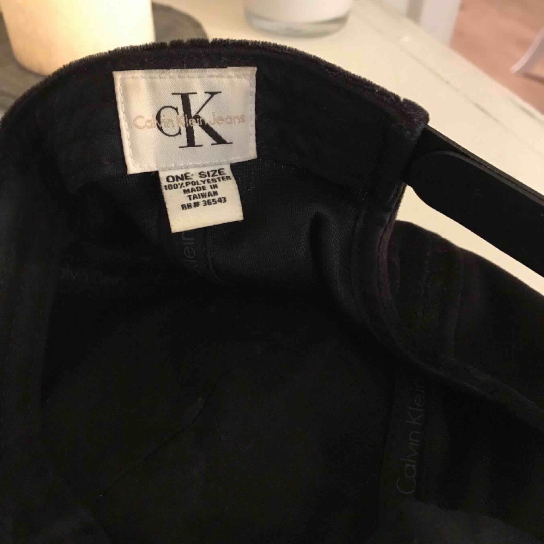 Calvin Klein keps i svart velour tyg.  Nypris runt 300/400kr Använd 1 gång. Övrigt.