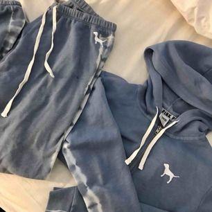 PINK / Victorias Secret mjukis set. Ljusblå med tiedye mönster längst sidorna. Hoodie och byxor. Storlek: S (passar även en XS) Har en liten fläck på byxorna (se bild 1).  Nypris för endast hoodien ligger på ca 700.
