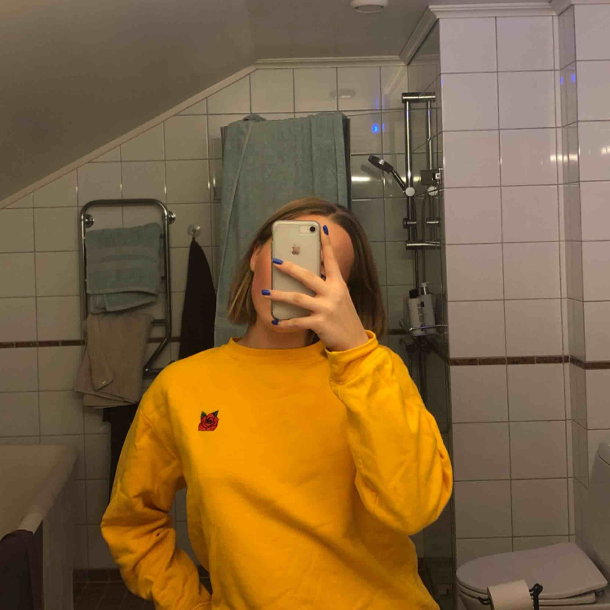 """En crewneck i en galet Najs gul färg med en ros där fram och texten """"Babe Squad"""" på ryggen🌹. Huvtröjor & Träningströjor."""