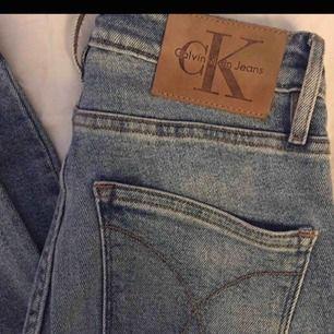 Högmidjade Calvin Klein jeans. Endast testade. Storlek: 26 (S) Nypris runt 1200 Supersköna med stretch, sitter sjukt snyggt!