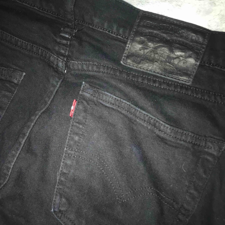 Ett par svarta jeans från Levis i M men kan nog passa en större S också. Bra skick. Frakt tillkommer. . Jeans & Byxor.