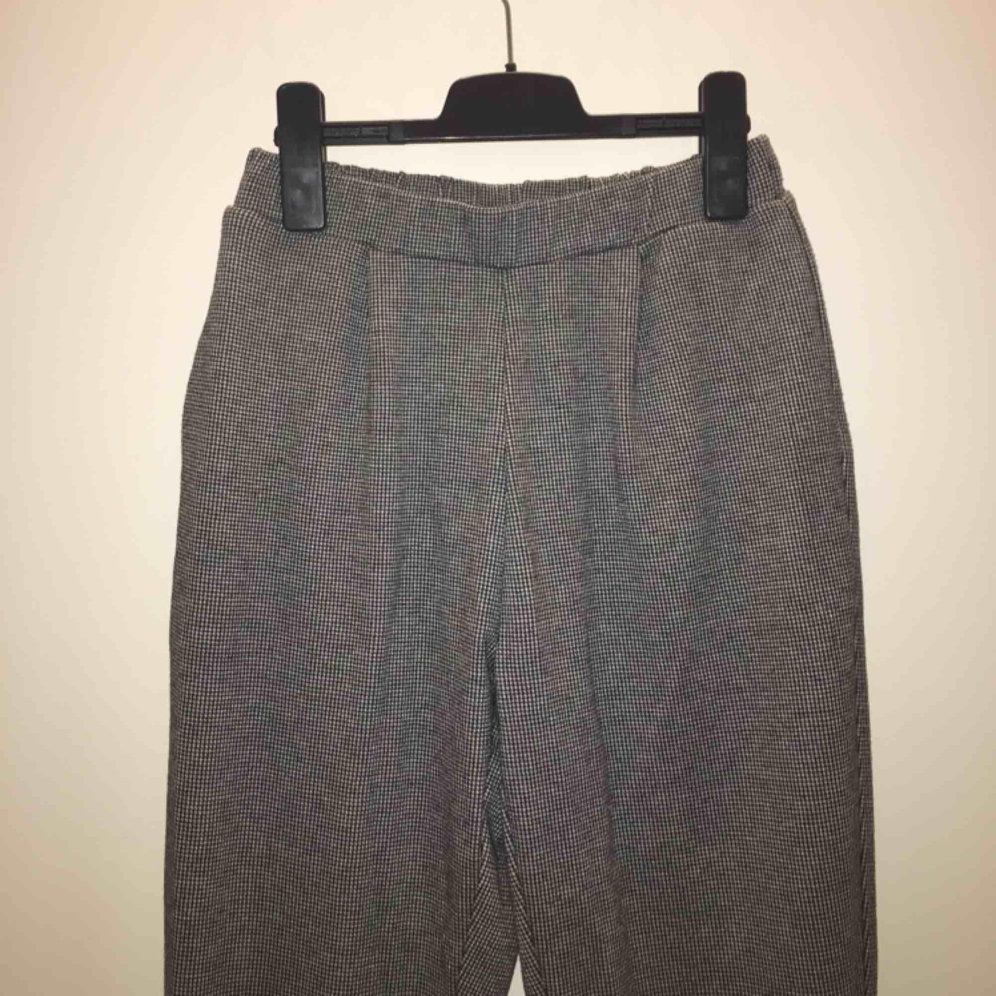 """Säljer dessa byxor från Pull and bear! Superfina och i nyskick då jag endast använt dom max 2-3 gånger. Mjukt och skönt material trots att modellen ser """"kostymaktig"""" ut, köparen står för billig frakt;-) . Jeans & Byxor."""