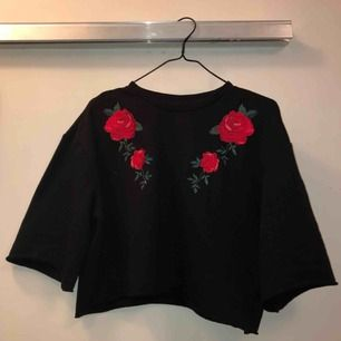 Croppad tröja me broderade rosor 🌹 storlek XS men skulle snarare säga S då modellen e slapp! Eventuell frakt står ni för själva ❤️