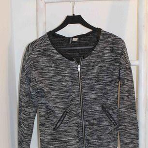 Fin jacka/cardigan från hm med läderdetaljer  Köpare står för eventuell frakt🌸