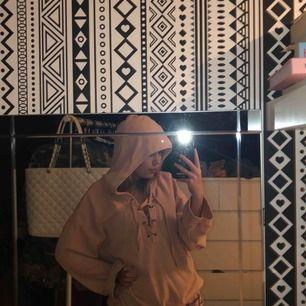 En skön stor ljus rosa hoodie från H&M, använd några få gånger. Stora armar med snörning i mitten.