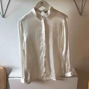 Vit sidenskjorta från Zara. Skjortan är liten i storleken så skulle säga att den är som en vanlig M.