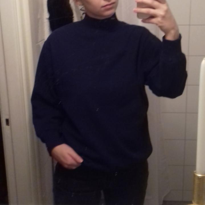 Mörkblå vintage tjocktröja med polokrage i stl S. I bra skick. Frakt 63 kr. . Tröjor & Koftor.