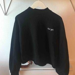 Svart oversize tröja från NAKD. Den är lite kortare i modellen och nästintill oanvänd.