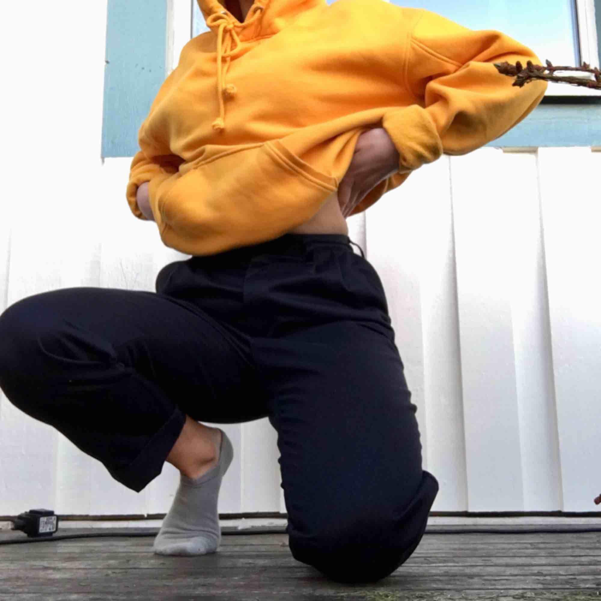 mörkblå cargopants. secondhandade och står storlek 38 (jag på bilden är vanligtvis en 36:a och dom passar mig) dom är i ett ganska tjockt tyg och högmidjade. skriv för bättre bilder :) frakt 54kr. Jeans & Byxor.