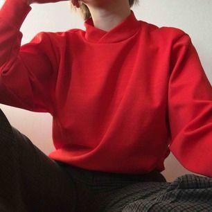 röd tröja. i ganska rivigt material men funkar ju bra med någonting under :) frakt 36kr