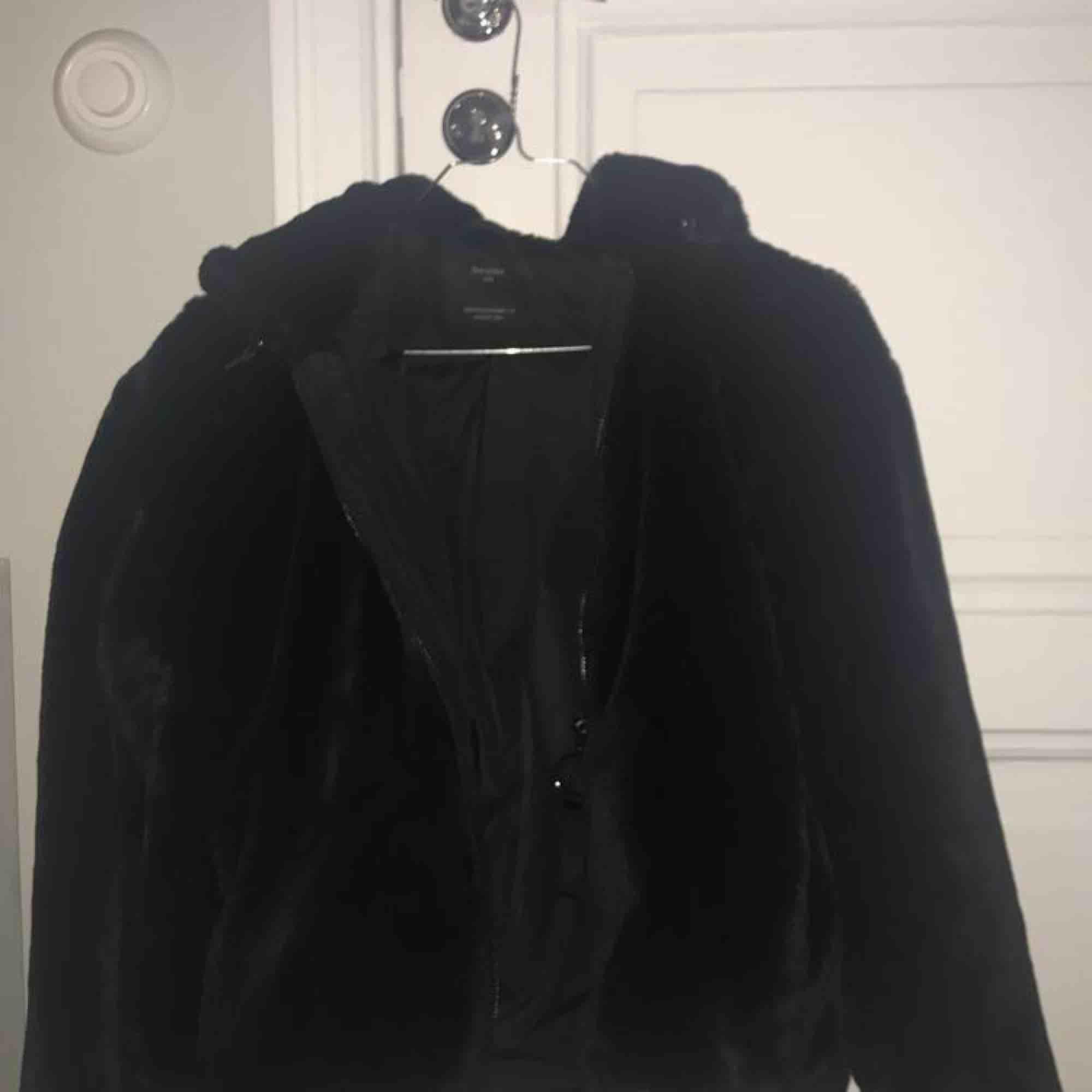 Säljer en supermysig och varm pälsjacka från  bershka i storlek XS. Jackan är använd endast ett fåtal gånger och är som i nyskick!. Jackor.