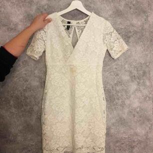 Vit klänning. Använd endast 1 gång. Hämtas i Västervik eller så får du  betala 16282e72e7a2c