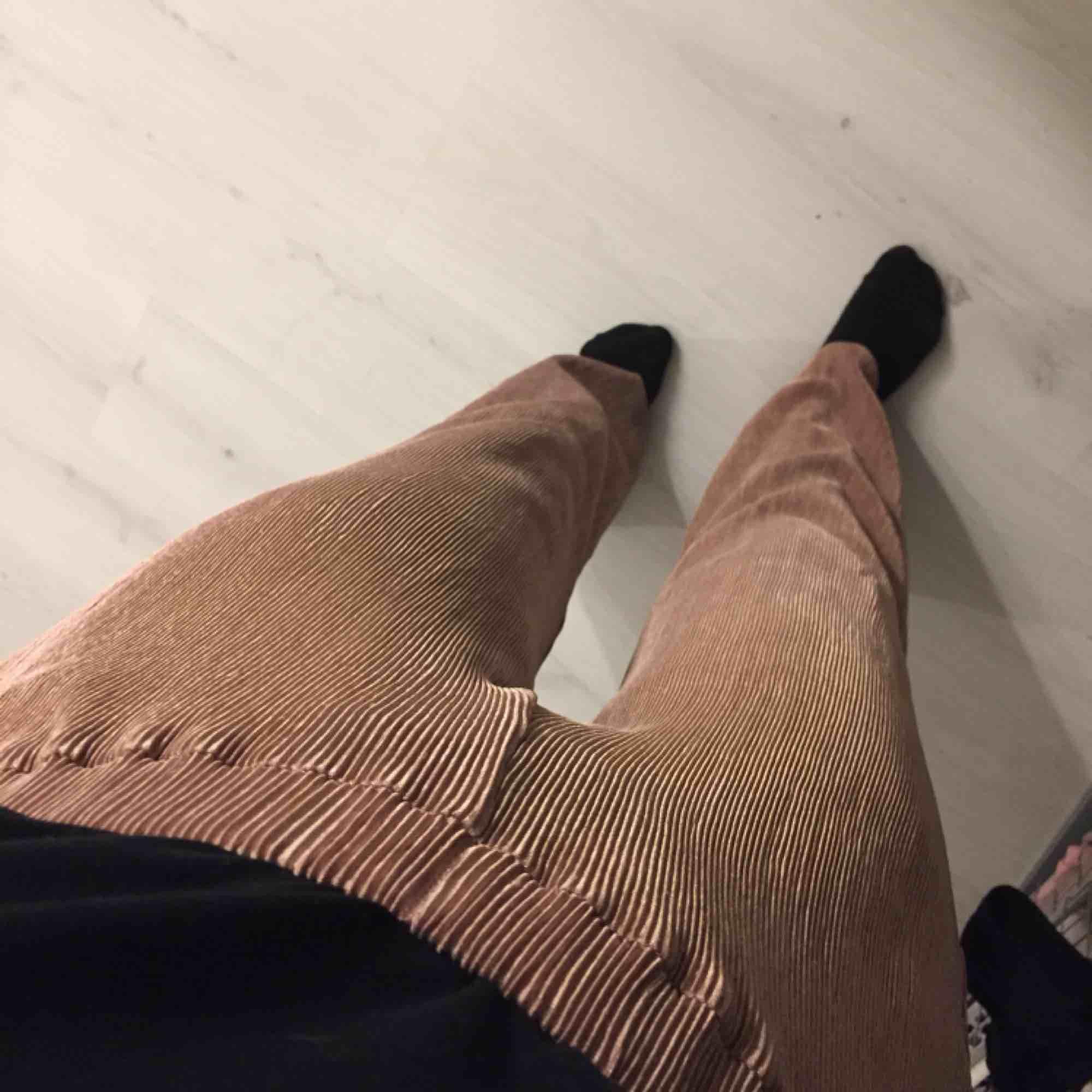 Gammelrosa, vida byxor. Använda 1 gång. Hämtas i Västervik eller så får du betala frakten.. Jeans & Byxor.