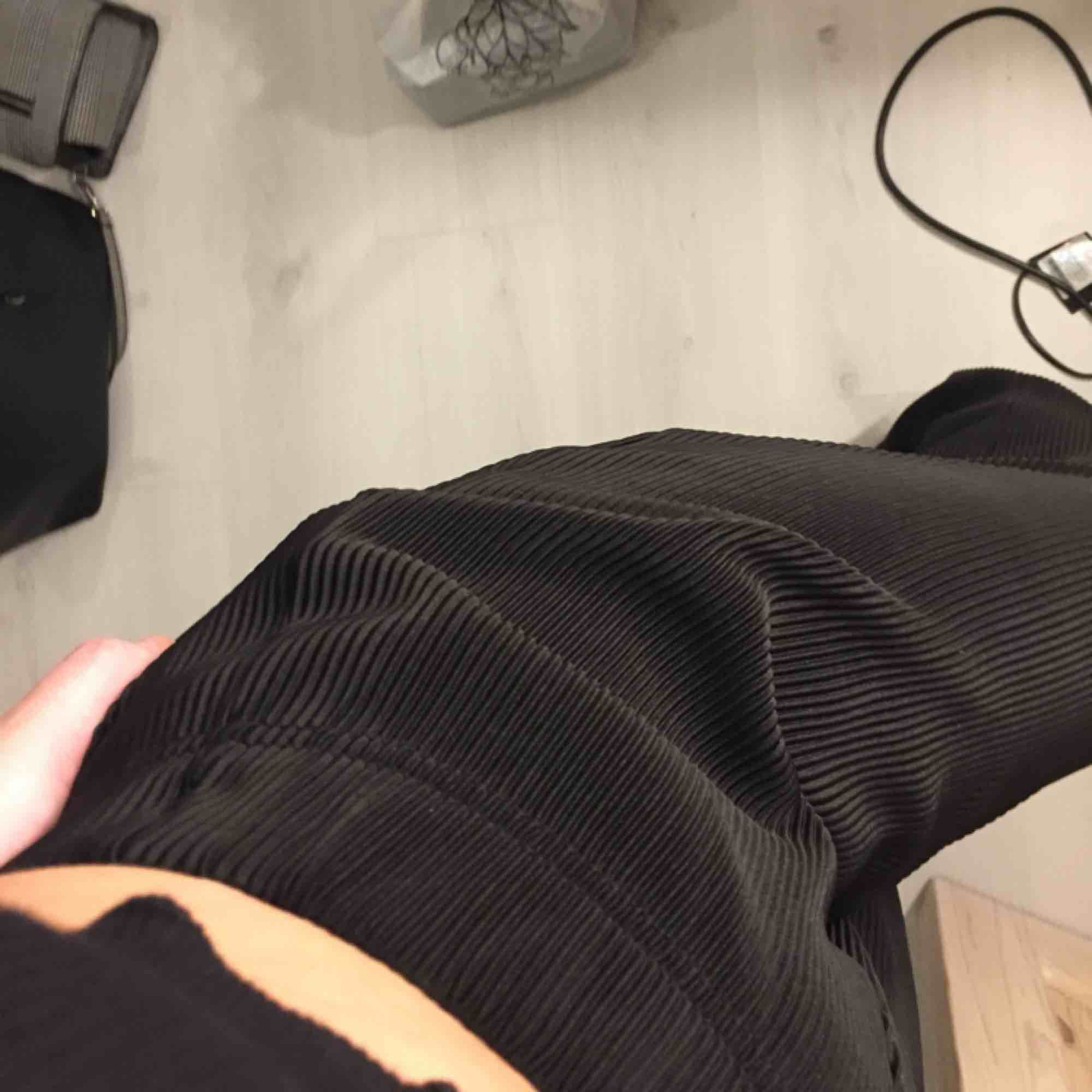 Svarta vida byxor. Använda 1 gång. Hämtas i Västervik eller så får du betala frakten.. Jeans & Byxor.