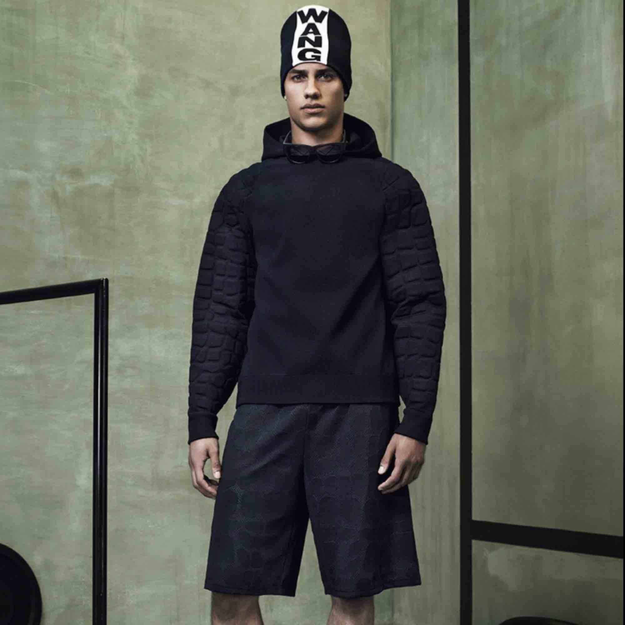 Storlek:M  Hoodie Alexander Wang från H&M kollektionen  Köpt på herravdelningen men använt 2 gånger som en klänning . Huvtröjor & Träningströjor.