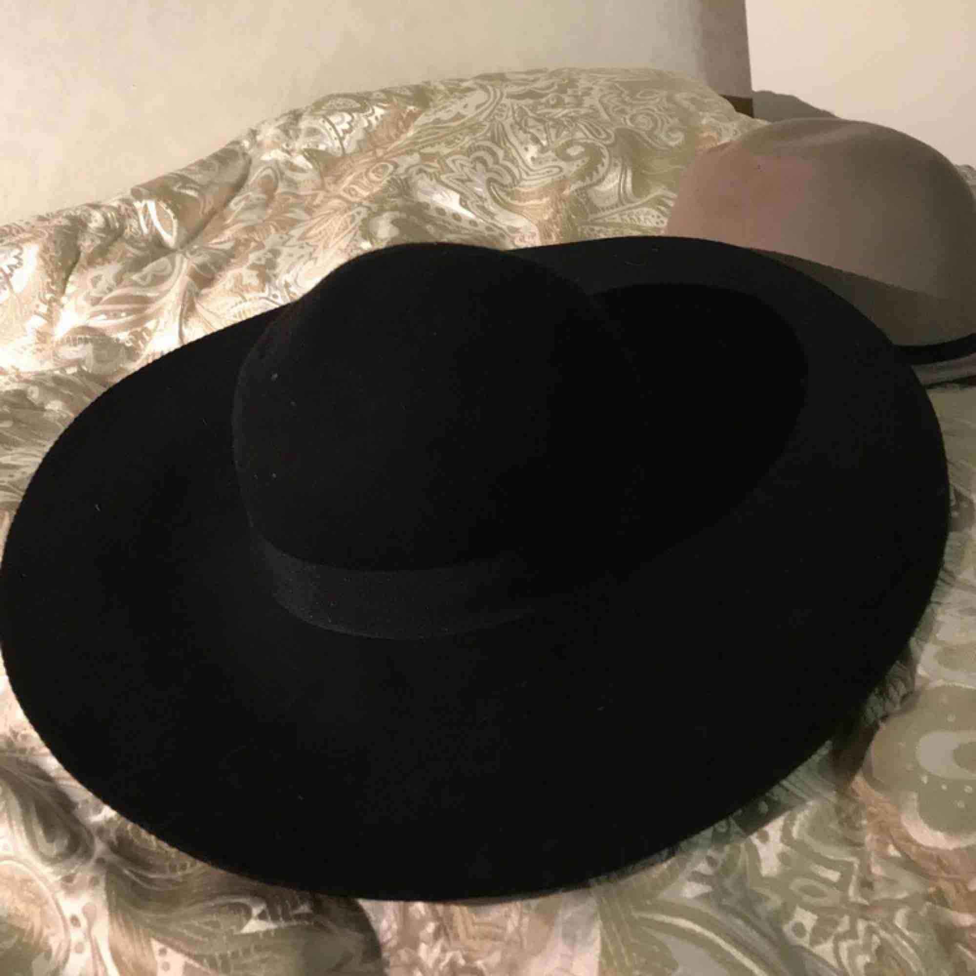 Svart hatt köpt på hm, använd 2 gånger Skick:8/10. Accessoarer.