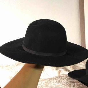 Svart hatt som påminner lite om en fedora hatt! Aldrig använd, skick:9/10