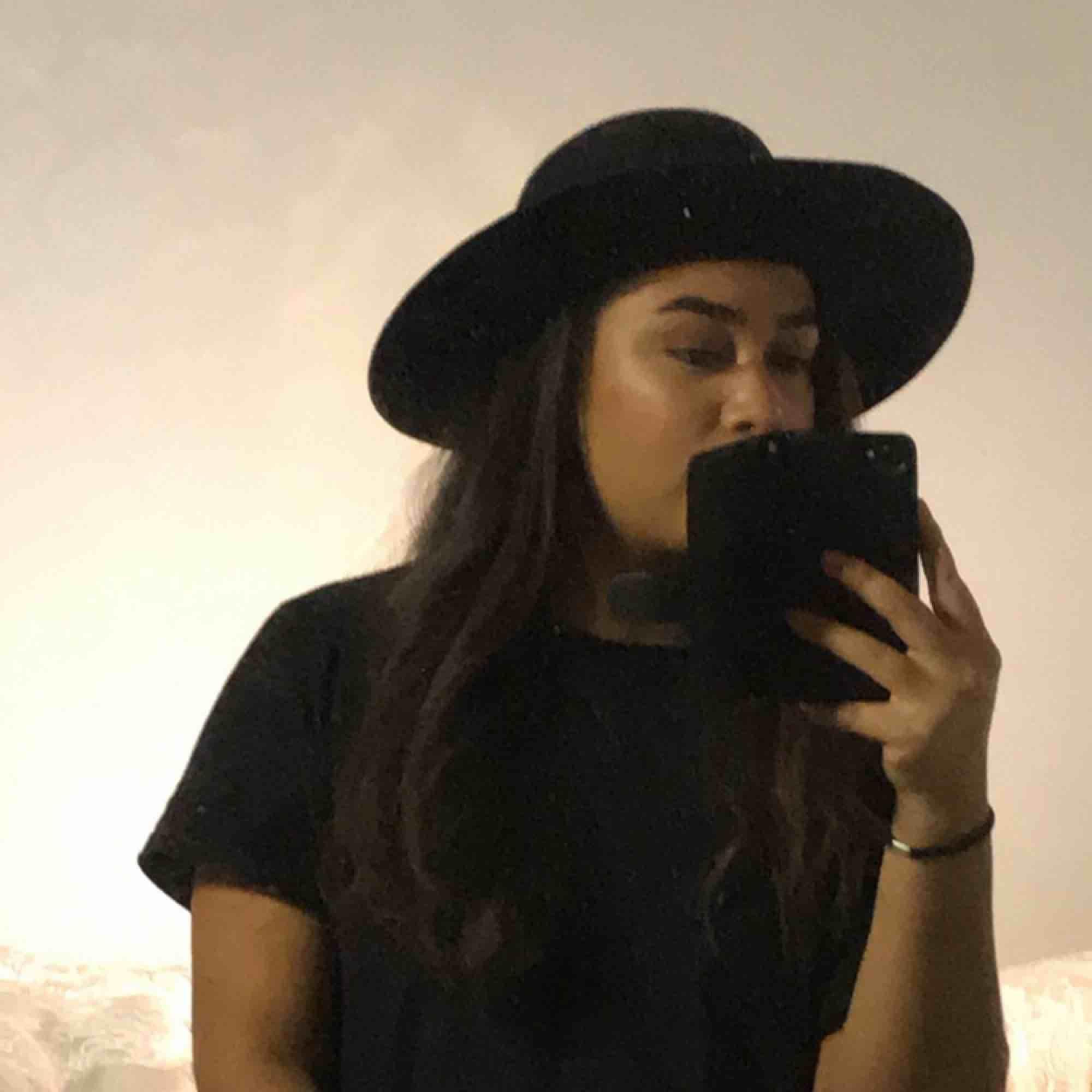 Svart hatt som påminner lite om en fedora hatt! Aldrig använd, skick:9/10. Accessoarer.