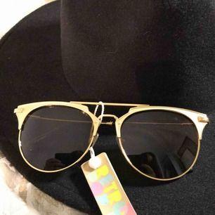 Solglasögon som är köpta i Sydney, Australien på en marknad. Aldrig använda då jag kände att dem inte passade mig, skick:10/10