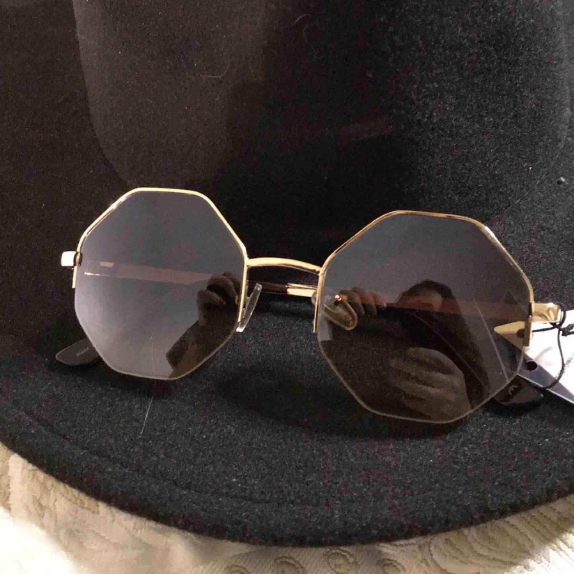 Snygga solglasögon som är köpta i Sydney, Australien på en retro marknad. Aldrig använda, skick:10/10  Pris kan diskuteras! . Accessoarer.