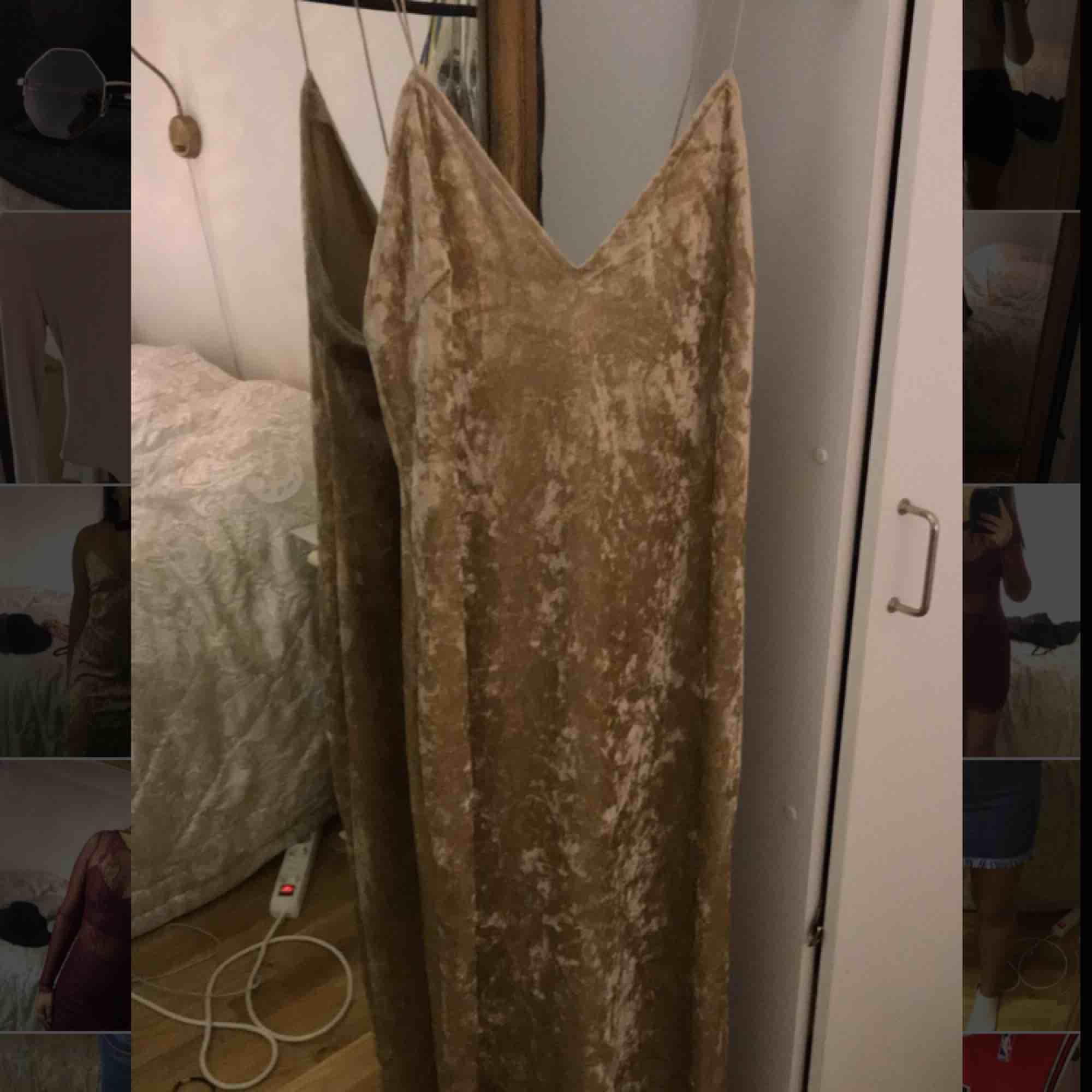 Guldfärgad lös klänning i sammet, storlek M  Aldrig använd, skick:10/10  Prislapp är fortfarande kvar. Klänningar.