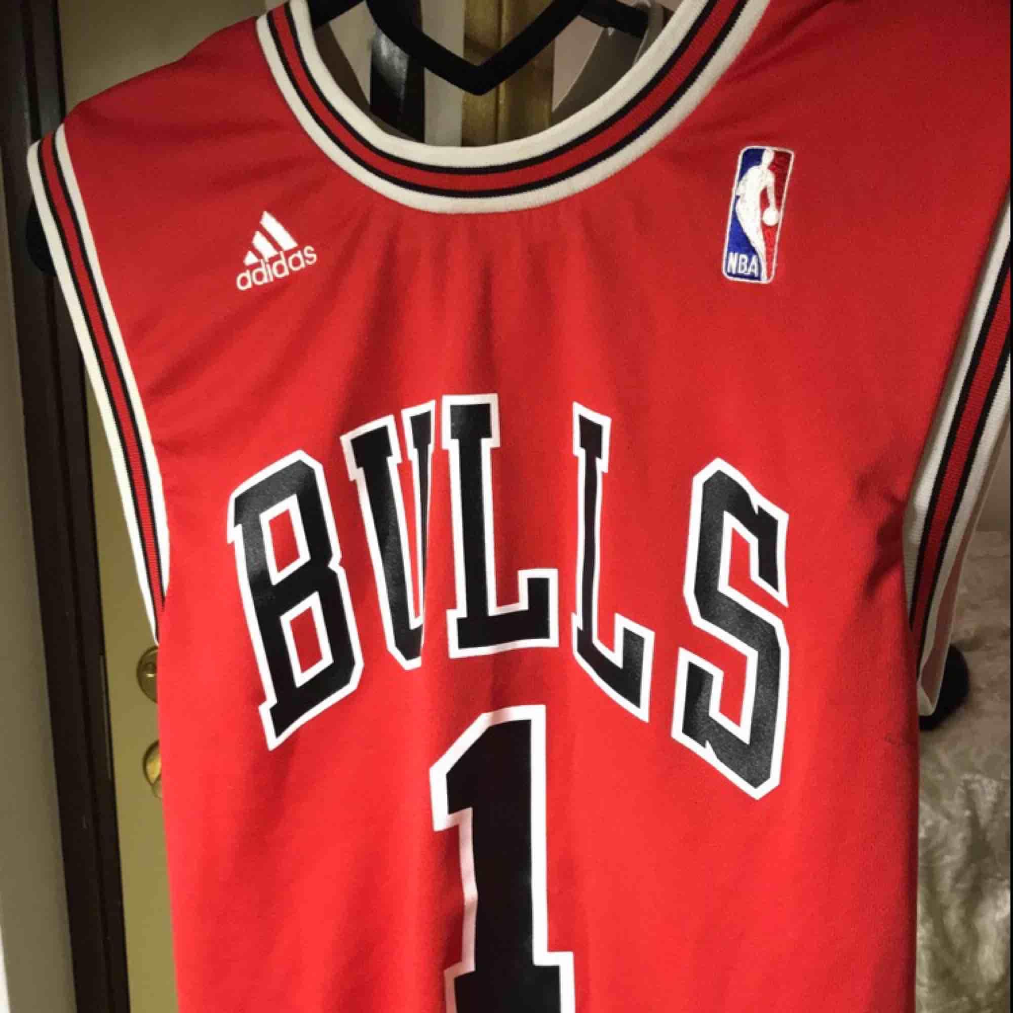Äkta Chicago bulls, nypris 599kr men säljer för den är lite liten för mig! Skick:7/10 . Toppar.