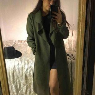 Mörk/militär grön kappa köpt från boohoo i storlek S Använd 2-5 gånger, Skick:9/10