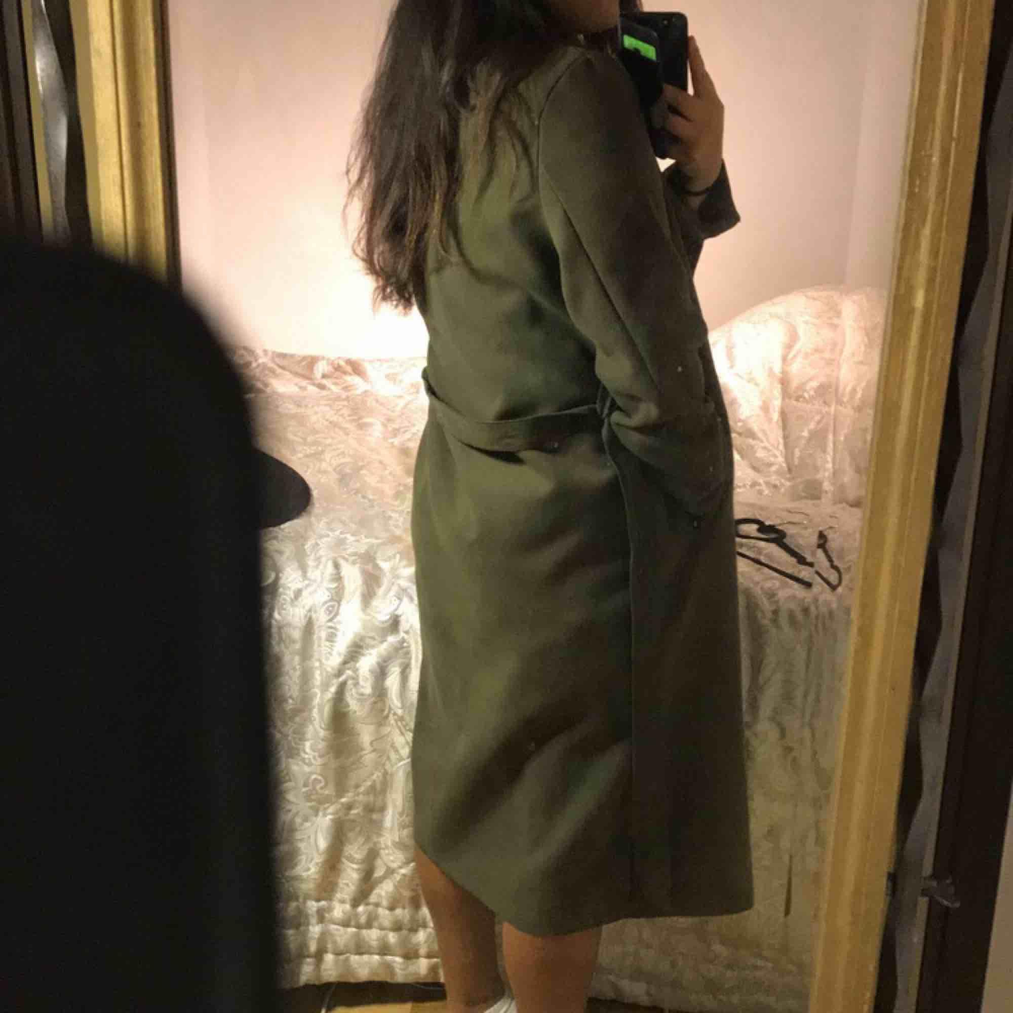 Mörk/militär grön kappa köpt från boohoo i storlek S Använd 2-5 gånger, Skick:9/10. Jackor.