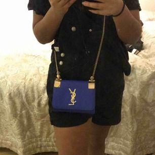 Blå fejk YSL väska köpt från Dubai. Skick:7/10