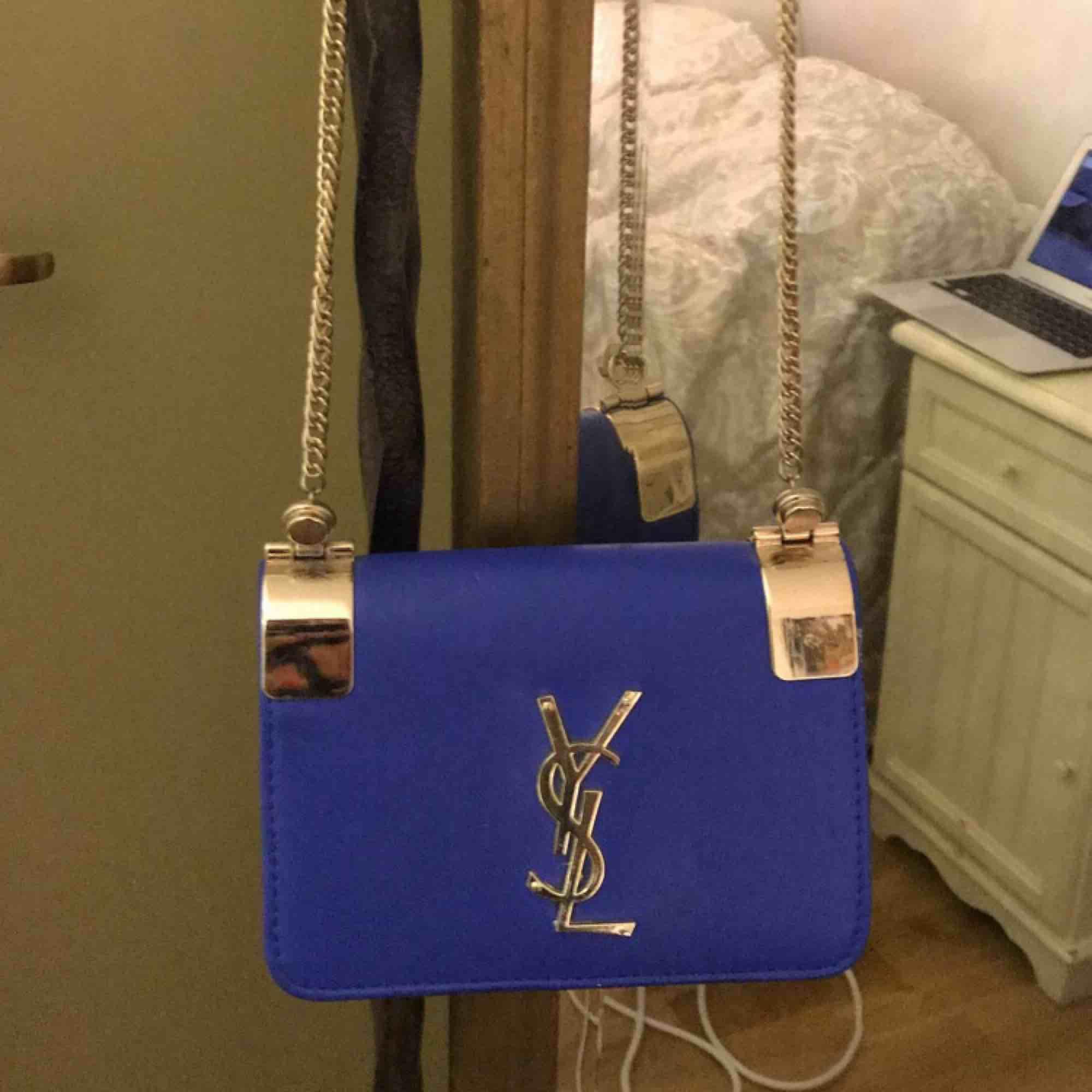 Blå fejk YSL väska köpt från Dubai. Skick:7/10  . Väskor.