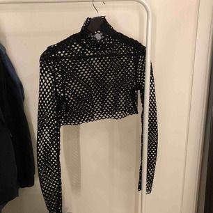 Croppad fishnet tröja från weekday. Superfin men säljer för den kommer ej till användning. (OBS, PRISET INKLUDERAR FRAKT)