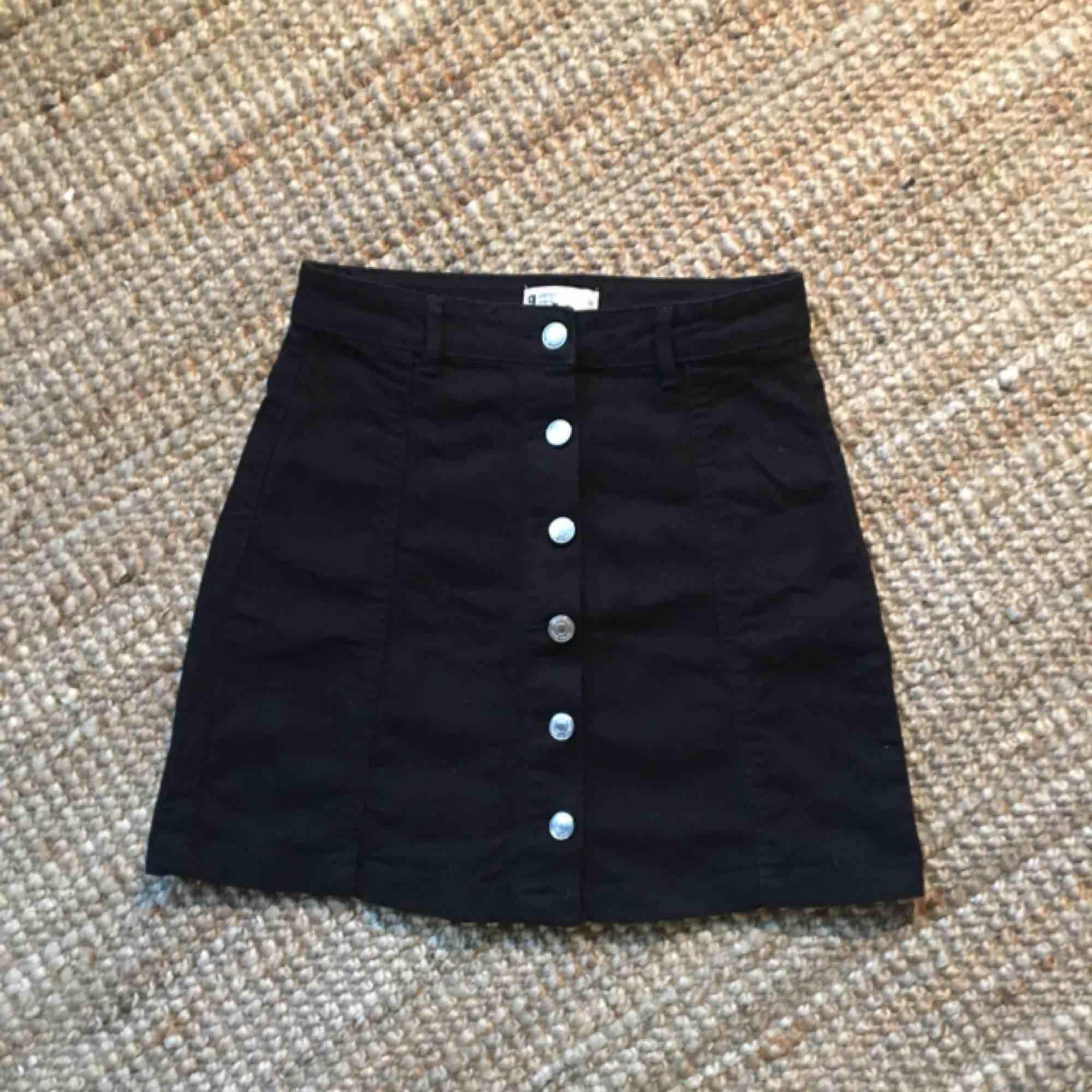 Jeanskjol från Gina, superfint skick max använd 1 gång pga viktförändring🌟 Köparen står för frakt annars hämtas den i Malmö🤩. Kjolar.