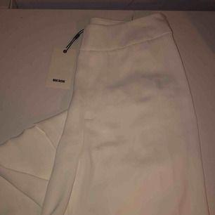 Vita kostymbyxor i nyskick strl S, 100kr. Den andra bilden är från hemsidan på hur de sitter på dock i en annan färg. Det är modellen adriana pants från bikbok. Köpare står för frakt