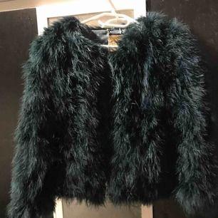 En jätte fin pälsjacka i en mossgrön färg, använd förra vintern och säljs på grund av används inte längre. Köpt från pellobello, nypris 1349kr