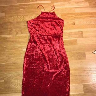 Jag säljer en röd klänning i sammet. Den kommer ifrån Nelly.com. Den är korsad i ryggen. Den är endast testad. Storlek: XS. Nypris: ca 250. Den kommer från ett djur och rökfritt hem.