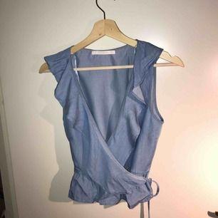 Jag säljer en blus som kommer ifrån Zara. Det är en omlott blus som man knyter med banden runt om. Riktigt fin! Storlek: S nypris: 299 :- använd 1-3 gånger. Den kommer från ett djur och rökfritt hem.