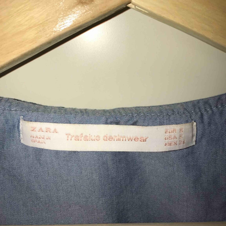 Jag säljer en blus som kommer ifrån Zara. Det är en omlott blus som man knyter med banden runt om. Riktigt fin! Storlek: S nypris: 299 :- använd 1-3 gånger. Den kommer från ett djur och rökfritt hem.. Blusar.