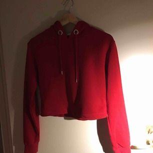 Jag säljer ett rött mjukis set med revär på luvan och på byxorna.  nypris: 599 :- På byxorna saknas det en metalldel som ska sitta på snöret som man kan se på sista bilden. Utöver det är den hel och fin Setet kommer från ett djur och rökfritt hem.