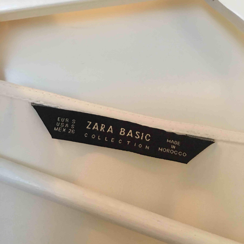 Jättefin blus från Zara, liten i storlek. Väldigt små men nästan osynliga märken vid ärmen pga en väska som färgat av sig men syns ej när man har på sig den!. Blusar.