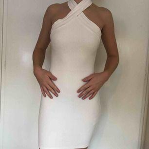 Vit fodralklänning från Gina Tricot, använd ett fåtal gånger, sitter bra och är ändå täckande trots att den är vit (som ni ser på första bilden)