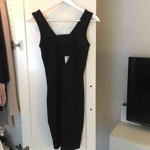 Svart skitsnygg klänning från bikbok, formar kroppen jättefint. Aldrig använd