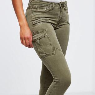 Olivgröna Combat Byxor. Tidigare från Gina Tricot i modellen Angelina. Strl. 36. Gott skick . 60% Lyocell 37% Bomull 3% Elastan. Mellanhög midja. Ankellånga. Säljes pga har blivit för små. Köptes för ca. 500kr