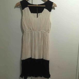 Superfin elegant zara klänning stl XS. I nyskick! Kan skickas då tillkommer frakt på 45kr