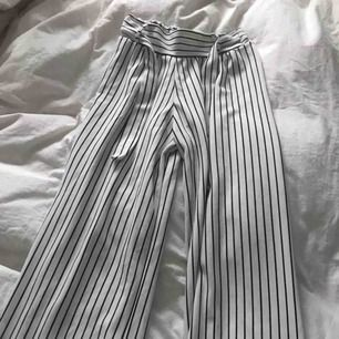 Snygga lätta randiga byxor, har två likadana om man vill köpa två på en gång! Tell your friends! 🌸